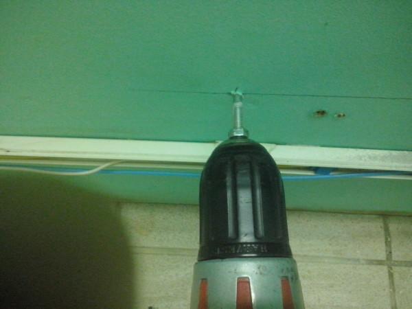 Закручиваем шуруп-шпильки в стену